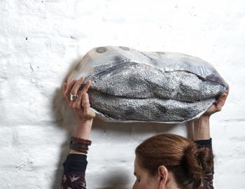 Olivia portant une de mes sculpture. Sans titre, 2019, cèdre, peinture, ht: 22 x 50cm, Annabelle Hyvrier sculpture