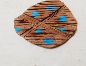 Du bleu...s'il vous plait!  (série les primitives), 2020, cèdre, peinture, l: 71x 54 cm